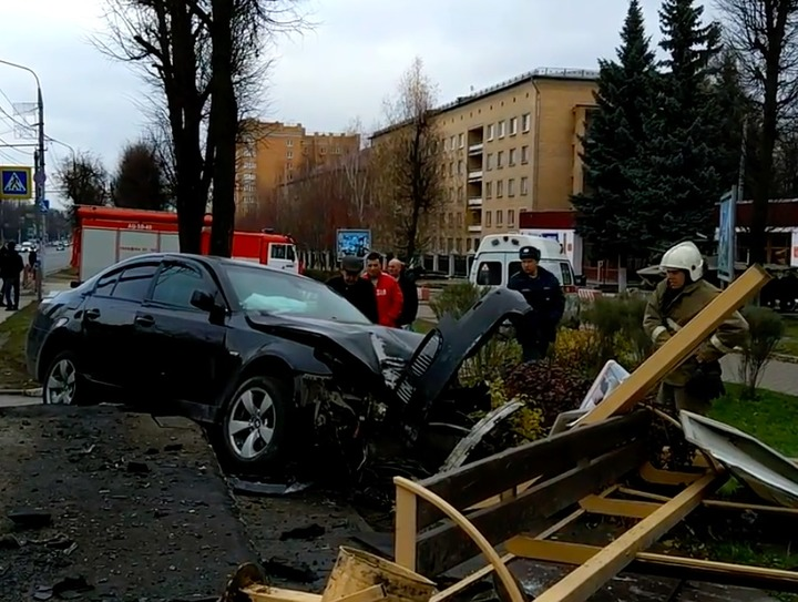 ДТП вцентре Тулы: шофёр снес остановку напроспекте Ленина