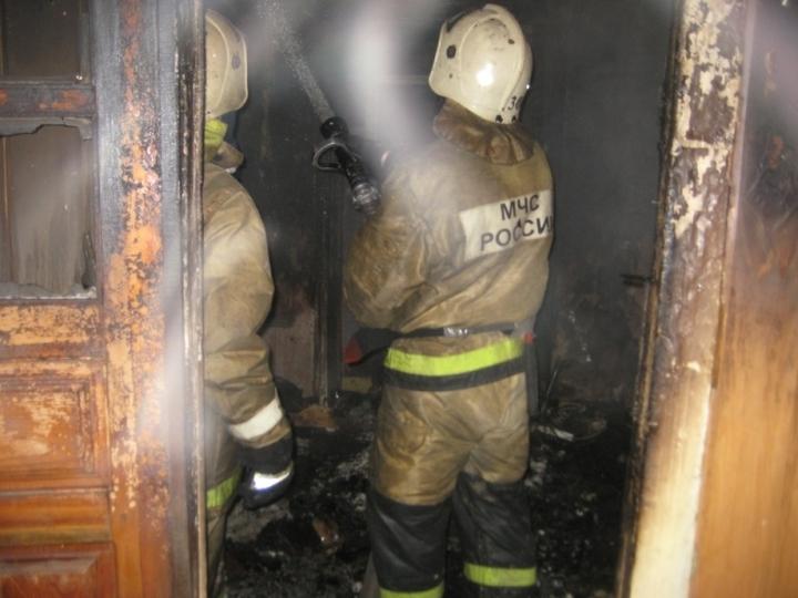 Пожарные спасли троих человек изгорящей квартиры вУзловском районе